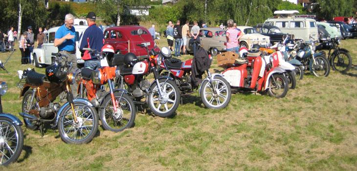 Mopeder, motorcyklar, bilar, bakluckeloppis, fiskedamm, försäljning av både gammalt och nytt samt matnyttigt fanns att tillgå denna dag.