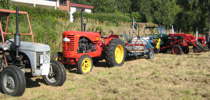 Här har man tagit med sig en självbindare...Trevligt när det följer med redskap till traktorerna som påvisar dess arbetsområde