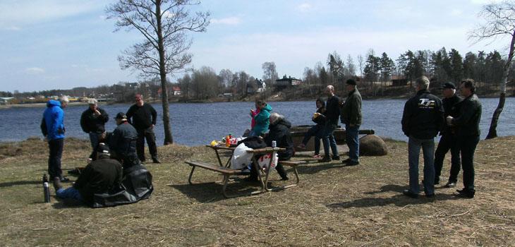 Efteråt samlades vi vid sjön för grillning. Men det var ingen lätt match att få korven grillad då det blåste rejält denna dag.
