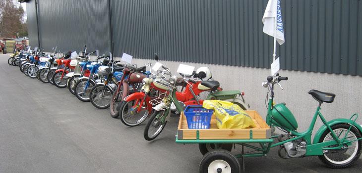 Älvsereds Moppers hade ett gediget gäng med mopeder att visa upp. Det märktes att det varit vinter och mopederna varit innne i sina garage för putsning och renovering. Det glänste om dem som den sol som ej var med oss denna dag.