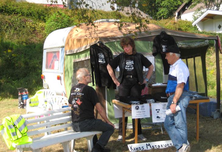 Ett sekrateriat måste man ju ha....där möjlighet ges att köpa medlemskap, t-shirt, collagetröja och kepsar