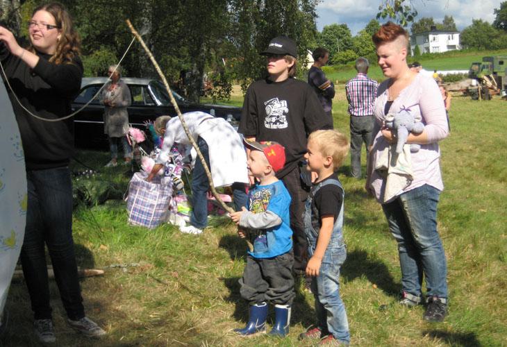 Barnen hade en egen liten hörna i år med fiskedamm, å det sägs att det var rikligt med fångst för det nappade varje gång..