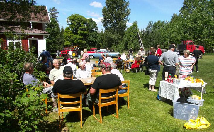 Dagen till ära bestod av sol och värme så gemenskapen i trädgården på Påbo fritidsgård var uppskattad.