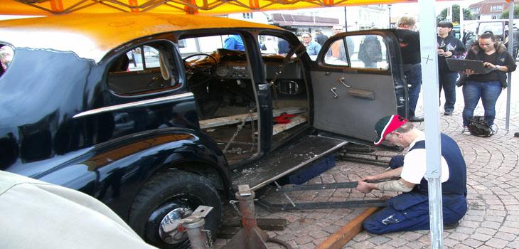 """Riktning utav bil med ett flertal bucklor förevisades av Niklas """"Lilleman"""" från Töska - en otroligt skicklig och duktig kille, som verkligen gjorde ett hantverk av/med handkraft!!!"""
