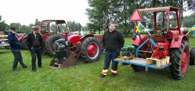 Några traktorförare hade tagit med sig lite motorer som fick puttra och gå emellanåt.