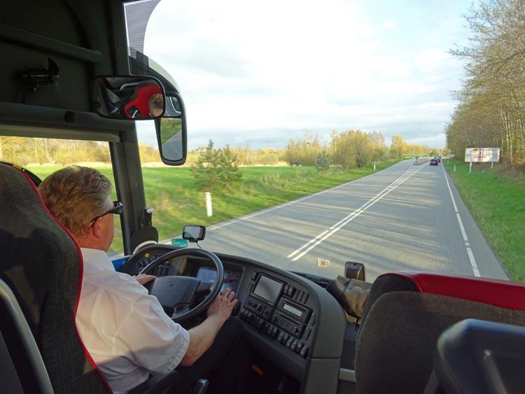 Efter en heldag på Dansk Motor-og Masinsamling, Grenå är det dags att ta sig hemåt. Vår busschaufför Bengt tar oss tryggt hem via bron till Sverige