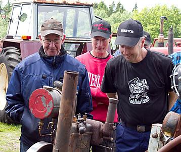 Samling på Åke Johanssons gård i Håkanhult Holsljunga. Spana in varandras motorer och kanske lite planeringssnack.