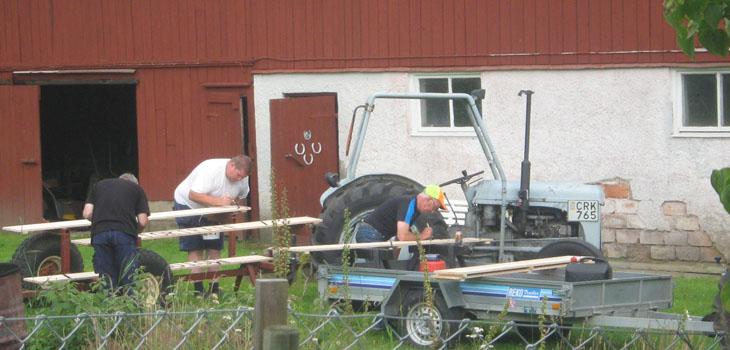 Koncentrationen är på topp hos Kalle Petterson, Lasse Persson Holsljunga och Karl-Erk Karlsson Ö Frölunda som hade tagit på sig ansvaret för att måla text på brädorna.