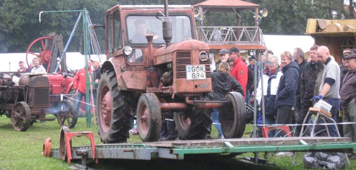 Några övningar genomfördes med traktorförarna, här var det att balansera på en vipp bräda