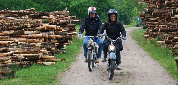 ...Nu ser det ut som om det är de sista mopederna, inga fler synes i vägkrönet