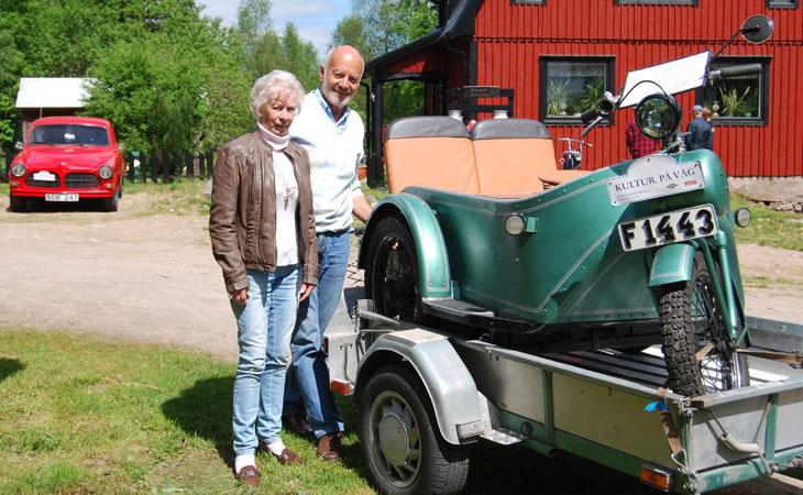 Långväga gäster från Tenhult i Jönköpings län. Med en elcykel, de körde inte rundan men ställde ut i Fäxhult där vår anhalt var för beskådning.