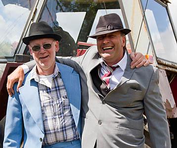 Här kommer grabbarna som kör i kostym dagen till ära.
