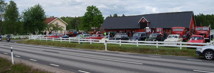 Gårdsplanen utmed väg 154 blev även här full med ekipage och beskådare.
