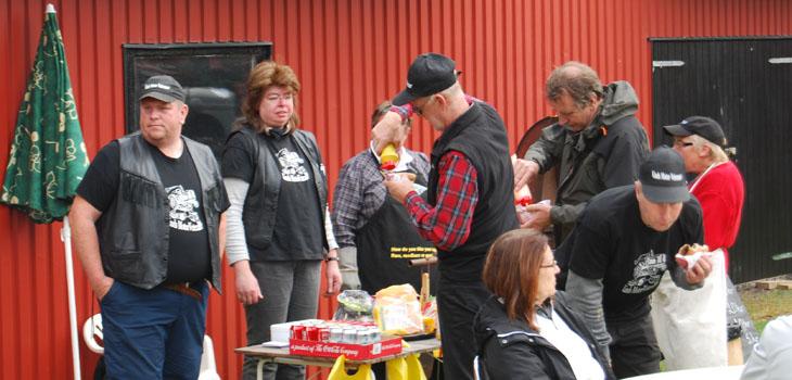 Hungriga var de flesta så grillgänget fick jobba på!!! Tack Pia och Eva som var grillmästare utan er hade det blivit kaos!