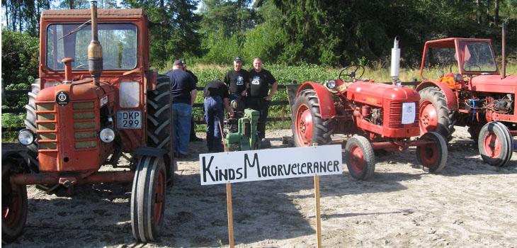 Här har föreningens kassör Bosse Persson och ordförande Kalle Petterson krokat arm samtidigt som Larsse Persson skall få igång sin motor. Ja om de krokat arm för att stå stadigt på jorden eller för fotografens skull de vet vi inte.