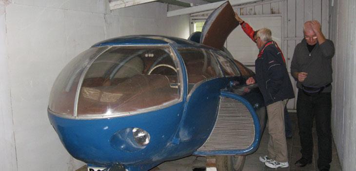 Thomas Persson från Ö Frölunda tar sig för huvudet..kan det vara så att han inte riktigt vill acceptera att detta också är en bil som varit ute och fart...eller fick han dörren i huvudet???
