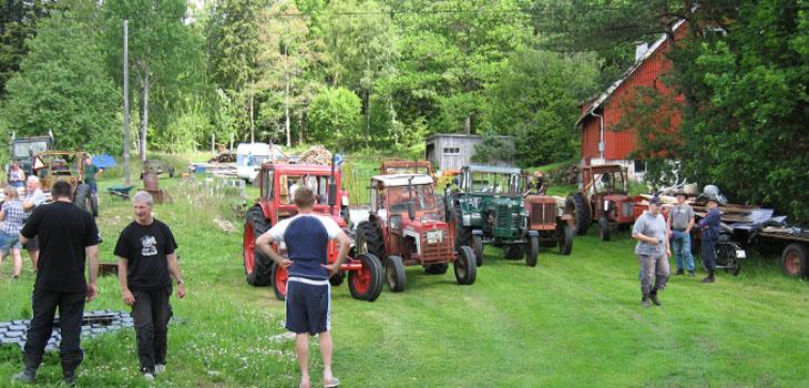 Samling hos Kalle Petterson i Håkanhult, Holsljunga. Tyvärr jobbade Kalle själv denna dag och fick inte uppleva gården full med alla dessa fordon...