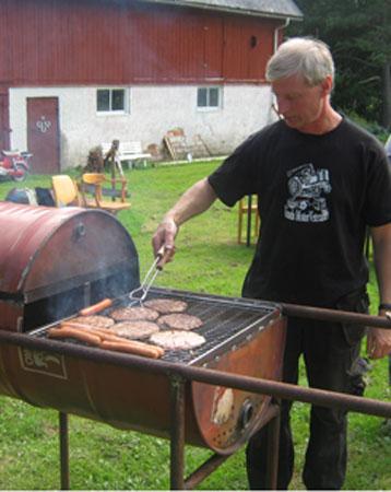 Efter dagens tur runt Holsjön så vankades det grillning i Håkanhult. Här har vi vår grillmästare Lasse Persson