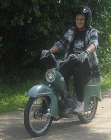 Här kommer Britt-Marie från Alvhem infarande på gården med sin moped. Ja hon hade inte åkt ända från Alvhem utan från sommarstugan i Holsljunga.