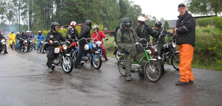 Kön med mopeder var lång...alla ville iväg så det var ett tufft jobb för tidsvakten att hålla isär grupperna så inte alla for iväg på en gång.