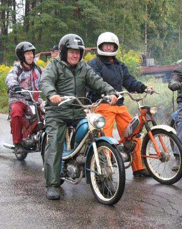 Vi hade 3 åkare från Kinds MotorVeteraner som trotsade regn och rusk, för moppe ville de åka! wink Dessa tre var Bo Persson, Karl-Erik Karlsson och Ulf Jakobsson.