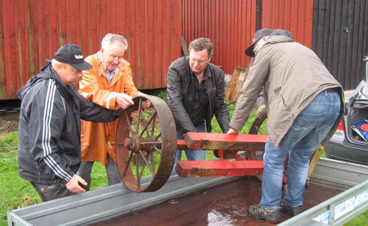 ...hem och meka nu Thomas??? Det var tur att flera grabbar var med och lyfte, det vägde lite grann de hjulen...