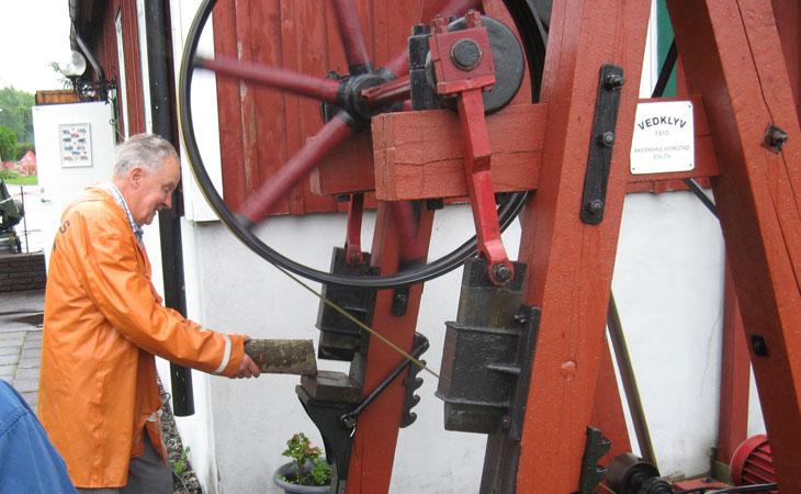 Å efter mycket tjat så fick vi honom att visa en utav maskinerna utomhus. Det blev den stora vedklyven.